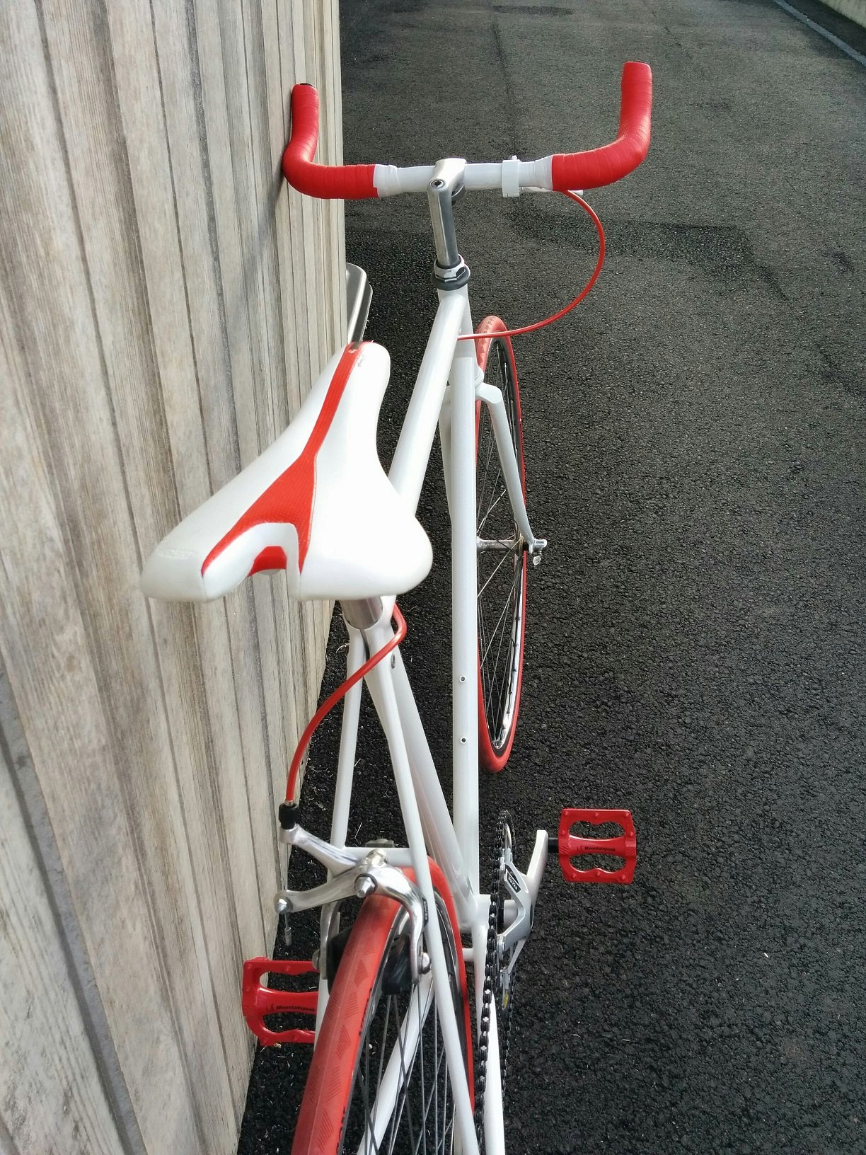 Vélo MBK Trainer devenu singlespeed rouge et blanc