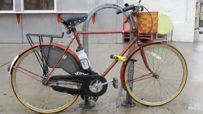 Il photographie son vélo attaché pendant 365 jours
