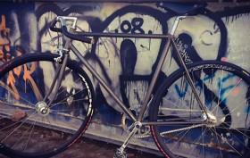 """Pignon fixe urbain au cadre brut """"no paint"""""""