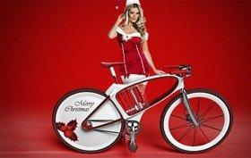 Des photos et vidéos de pères Noël sur des vélos