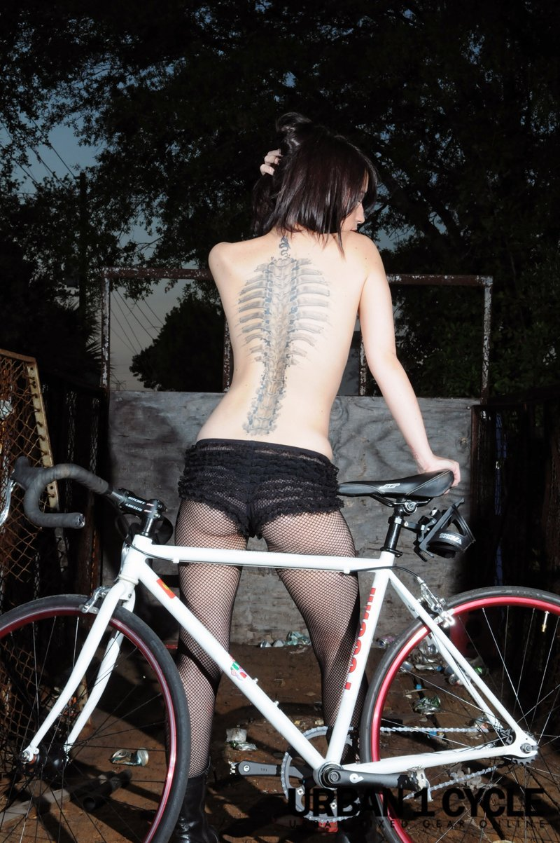 fille sexy velo bike fixie singlespees tatoo