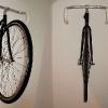 Un vélo accroché au mur